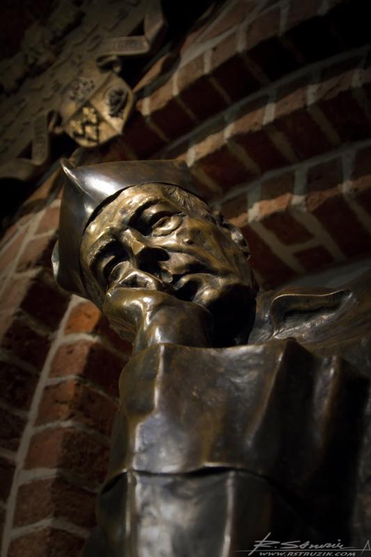Gniezno, Archikatedra. Prymas Tysiąclecia spoglądający na wiernych w zadumie.